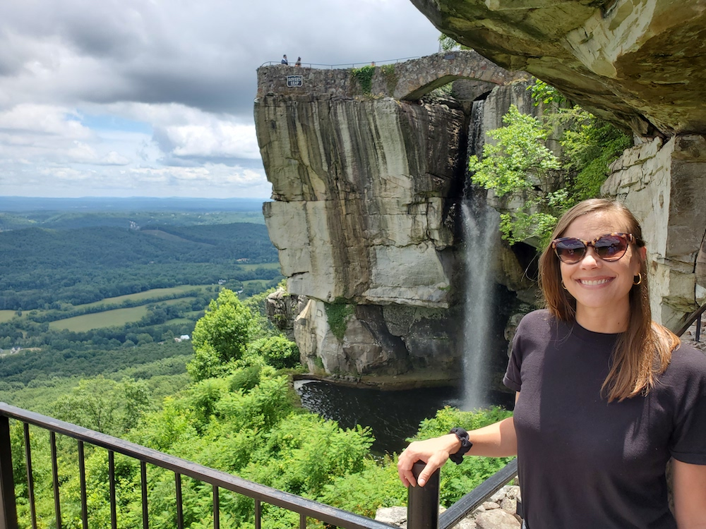 Laura Ray devant High Falls Rock City Lookout Mountain